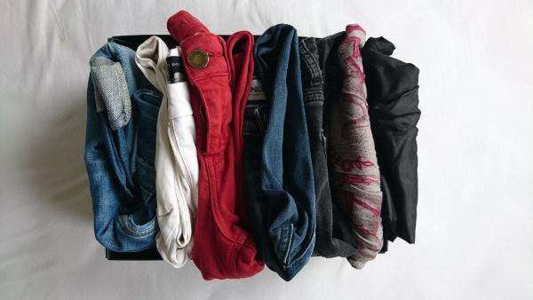 Hosen sortiert im Schuhkarton