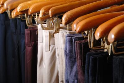 Hosen auf Bügeln